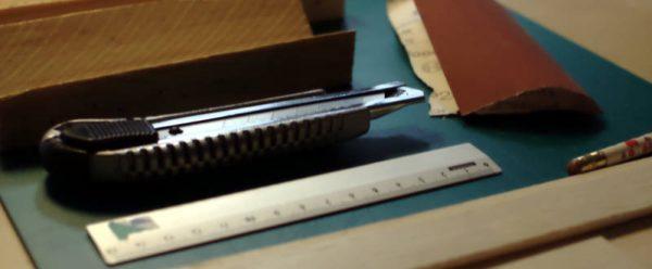 Les eines i materials, en una foto borrosa.